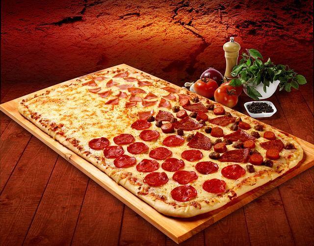 Leckere Pizza im Pizzaofen
